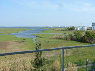 Large Bayfront Condo Private Balcony Rooftop Pool 1.5 block walk to Beach Great