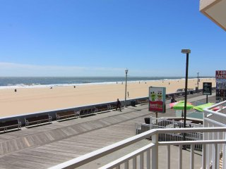Great Large Ocean Front Condo Directly on Boardwalk Blcony. Pool 70' HD TV Wifi.