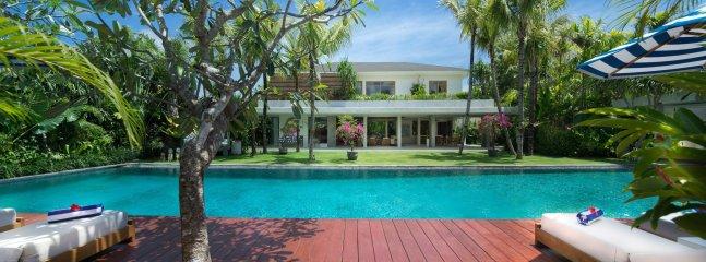 Maison principale de la piscine, Villa Zambala