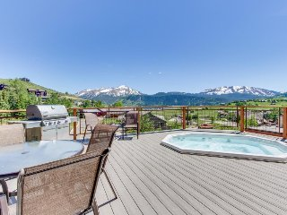 Comfy condo w/ shared hot tub, mountain views - walk to the slopes!
