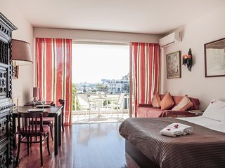 E2 - ESTORIL BEACHFRONT STUDIO APARTMENT WITH A BALCONY