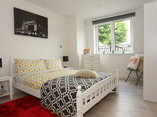 Easy Access Across London - Sleeps 5 Plus Cot
