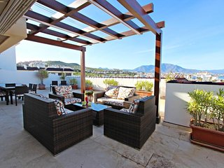 Marina Castillo: Penthouse Spacious & Luxury, 3-Bedrooms, Sea Views, Jacuzzi