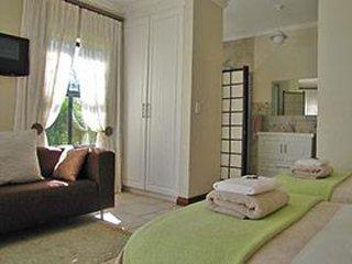Grote slaapkamer met en-suite badkamer en apart toilet