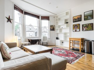Bright Brixton 2 bed 3 mins from tube stn by bus