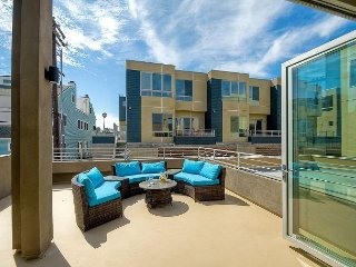 3BR w/ Ocean View From Rooftop Deck – Indoor/Outdoor Living, Walk to Beach
