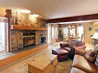 3BR Townhome on Ten Mile Creek, 5 Min Walk to Town & Bus to Ski Resorts