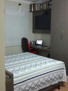 Quarto 1 - Cama de Casal - Quarto dispõe -Banheiro, Split, TV LCD, Móveis projetados e mesa de trab.