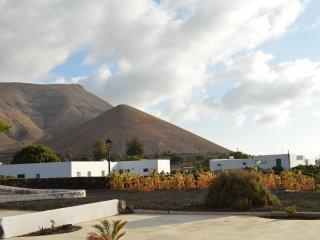 Volcán y mar Aguamarina