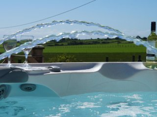 Bwthyn Carreg: Hot Tub & short Walk to Beach - 129953