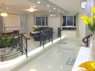 The LUXURY PENTHOUSE 260 sqm.  5 BR+3BA. Riverside Garden & City View.