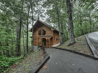 NEW! 1BR Gatlinburg Cabin w/Private Hot Tub & Deck