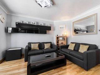 NEAR to CITY of LONDON (35mins train) - ENTIRE APT - GREAT LOCATION - COLINDALE