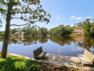 Scenic views of Lagoon,short walk to Beach,Pool&Hot Tub,Family&Pet Friendly,Wifi