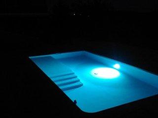 Vue de la piscine en soirée