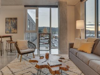 Newly finished Nob Hill condo w/ great walkability, & shared gym and game room