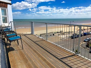 2 Bedroom sea view apartment with balcony & snug