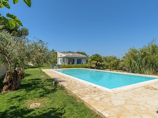Dafne, villa with pool near the beach