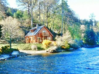 Gairlochy Bay Lodge with uninterrupted views of Ben Nevis and Loch Lochy