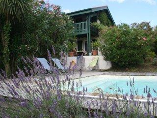 Au calme,  villa confortable de 160 m2 avec jardin , piscine à 20 m des plages .