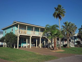 """The Lone Starfish"" – Charming 2BR w/ Pool, Deck & Covered"