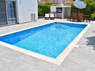 Coral Bay Luxury Modern Villa - 5 Mins Walk to Coral Bay Beaches - Pool - Wifi