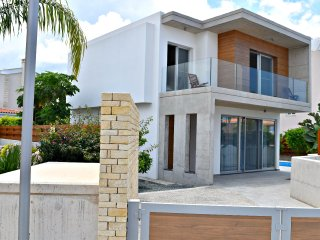 Coral Bay Ultra Modern Villa just 500m to the Famous Blue Flag Beaches - Pool