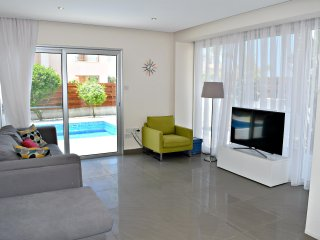 Coral Bay Luxury Villa -500m to Sandy Beaches - Prime Touirst Area - Pool - Wifi