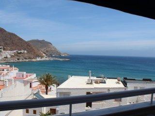 En la playa de San José; vistas al mar y a la bahía; 100 m de playa y el centro