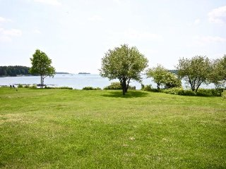 New waterfront House with Large Lawn-Swimming, Kayaking, close to