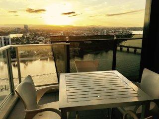 Beautiful Sunset Apartment on Cavill Avenue