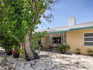 New! Charming 2BR Sarasota Apartment Near Beaches!