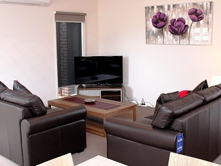 WARATAH VILLA A - MELBOURNE 3Bdrm, 20min to CBD Clean and Cozy, Close to Shops