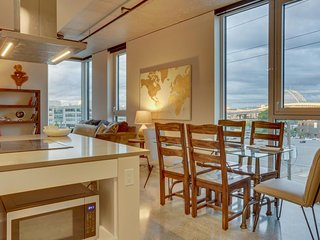 Two sleek condos w/ shared rooftop garden & stunning views, great for groups!