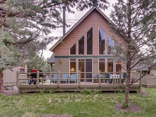 Family friendly home  w/ fireplace, deck, grill, tennis, & pool & hot tubs!