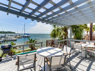Cozy bayfront studio w/boat slip near shops and restaurants - snowbirds welcome!