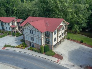 River Front 2 BR 2 BA Condo in Downtown Helen: Walk to Restaurants & Attractions