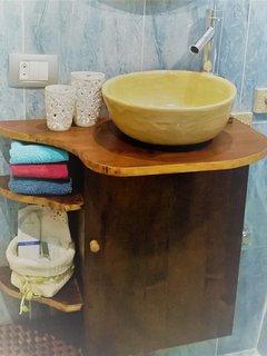 Mueble y lavamanos hechos a mano.