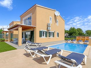 4 bedroom Villa with Air Con, WiFi and Walk to Beach & Shops - 5334315