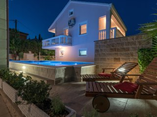 VILLA SNJEŽANA WITH POOL AND FREE PARKING