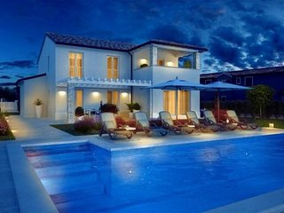Luxury Villa Dennona with swiminig pool   Kastelir - Porec  for 8 +2persons