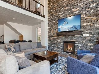 Brand-New 4BR w/ Private Hot Tub & Fireplace - Near Ski Resorts & State Park