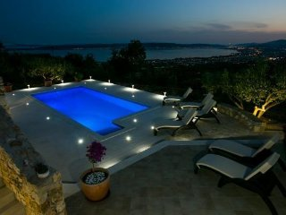 SD Luxury Villa Boby  for 10 + 2 persons with pool and panoramic view  Kaštela