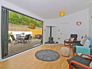 APRIL COTTAGE, stylish modern barn conversion, woodburner, private courtyard