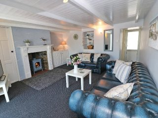 PEBBLE COTTAGE, Portreath Beach 10 minute walk, wood burner, pretty garden, pub