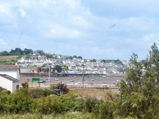 COOL STONE COTTAGE, estuary views, in Instow, Ref 960114