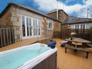 GWENNAL, hot tub, accessible, close to Perranporth and Truro Ref960081