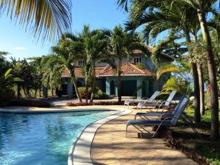 Luxurious 2 bedroom condo w/dock, white sand beach, swimming, snorkeling