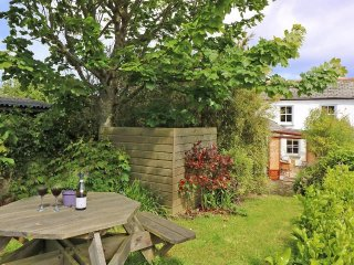 HOLMLEIGH semi-detached cottage, rustic charm, three bedrooms, conservatory