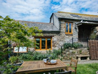 DOWN FARM BARN, magnificent family farmhouse, wood burning stove, home cinema